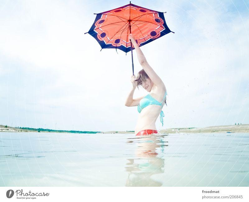 singin in the sunshine Mensch feminin Junge Frau Jugendliche Erwachsene Natur Landschaft nur Himmel Sommer Schönes Wetter Wärme Seeufer Teich Regenschirm blond