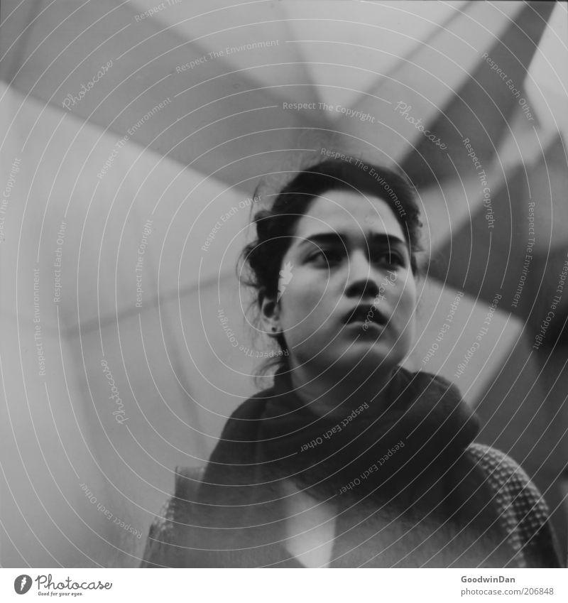 erster Rollfilm Mensch Jugendliche feminin Gefühle Stimmung frei authentisch natürlich Schal Schwarzweißfoto Frau Frauengesicht Junge Frau dunkelhaarig