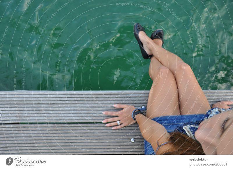 Verträumt feminin Junge Frau Jugendliche Erwachsene Gesicht Beine Fuß 1 Mensch 18-30 Jahre See Rock Schuhe Wasser sitzen ästhetisch dünn Gefühle Stimmung