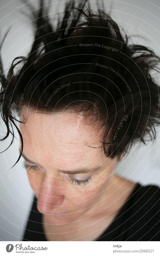 (ist das eine) Frisur Mensch Frau schön Gesicht Erwachsene Leben Lifestyle Stil Haare & Frisuren Kopf wild nah Müdigkeit schwarzhaarig kurzhaarig unordentlich