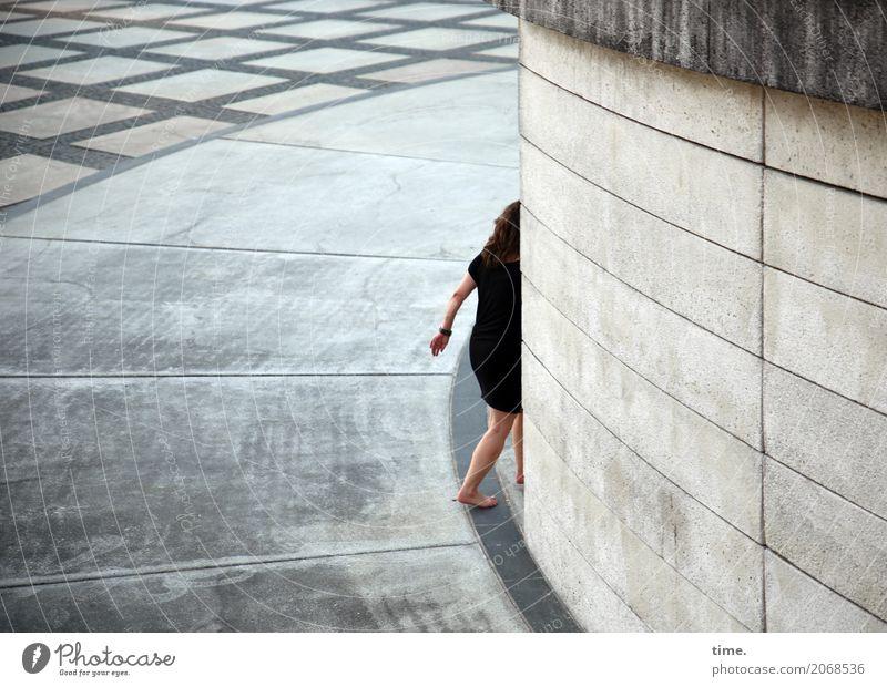 AST 10 | Abgang feminin Frau Erwachsene Mensch Platz Mauer Wand Fußgänger Wege & Pfade Kleid Barfuß brünett Stein gehen laufen Sicherheit Wachsamkeit Leben