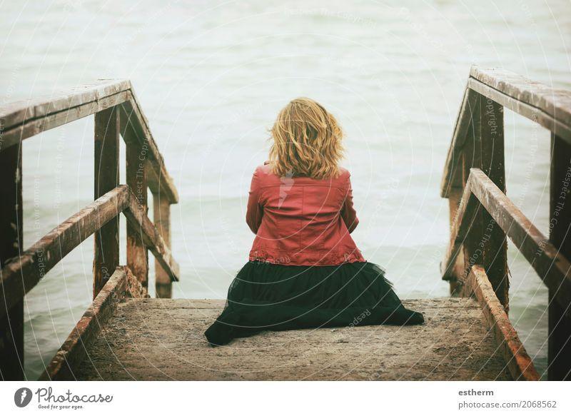 Nachdenkliche Frau schaute auf das Meer Mensch Ferien & Urlaub & Reisen Jugendliche Junge Frau schön Einsamkeit Strand Erwachsene Lifestyle Traurigkeit Küste