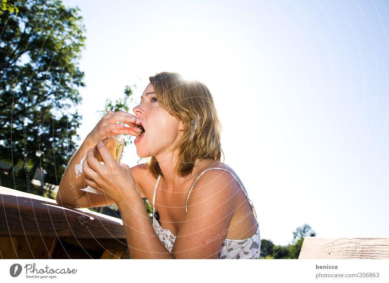 Kebab stopfen Frau Mensch Ernährung Essen Fastfood Hamburger Cheeseburger Natur Gegenlicht sitzen Tisch ungesund Lebensmittel Brötchen Sonne Sommer Parkbank