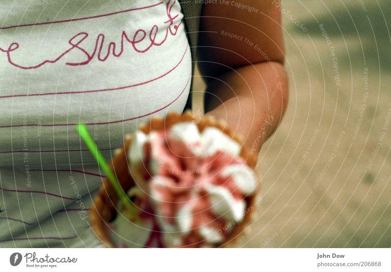 sweet like ice cream Sommer feminin Ernährung Lebensmittel Wärme Essen Freizeit & Hobby Arme Schriftzeichen Speiseeis süß T-Shirt Frauenbrust festhalten Brust
