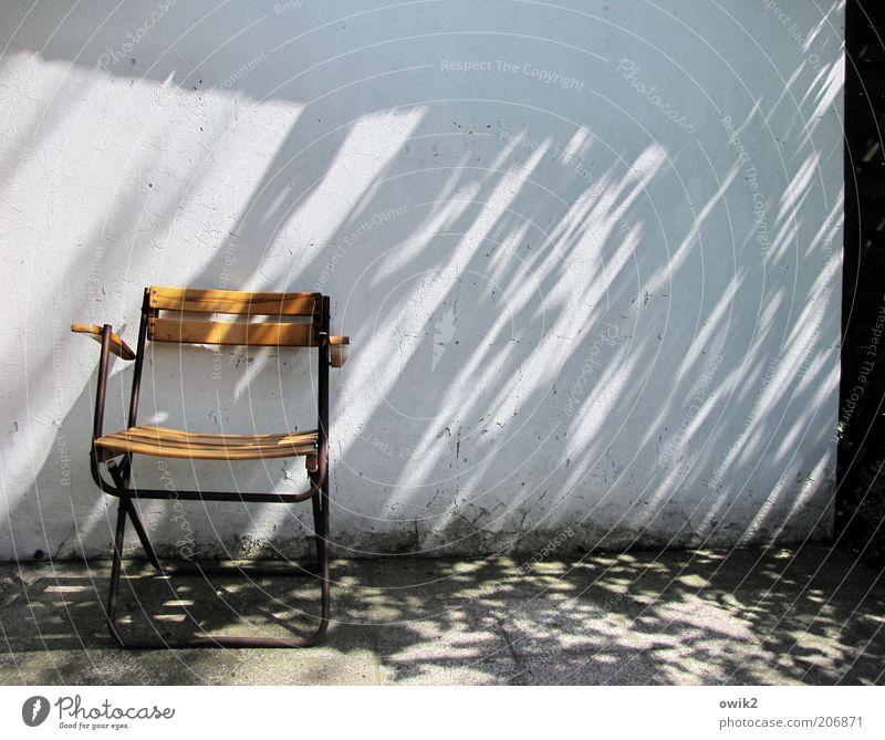 Immer noch nich da, der Regissör? weiß ruhig Erholung schwarz Umwelt gelb Wand Mauer grau Wetter Fassade Klima Schönes Wetter leer Pause Stuhl