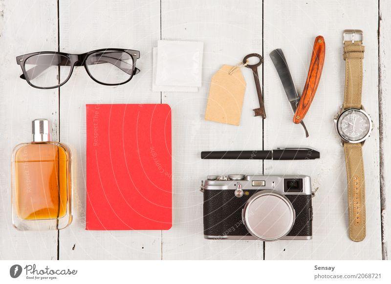 Reisekonzept - Set coole Sachen Ferien & Urlaub & Reisen Mann weiß Erwachsene Mode Büro Aussicht Tisch Fotografie beobachten Dinge Coolness Hotel Fotokamera
