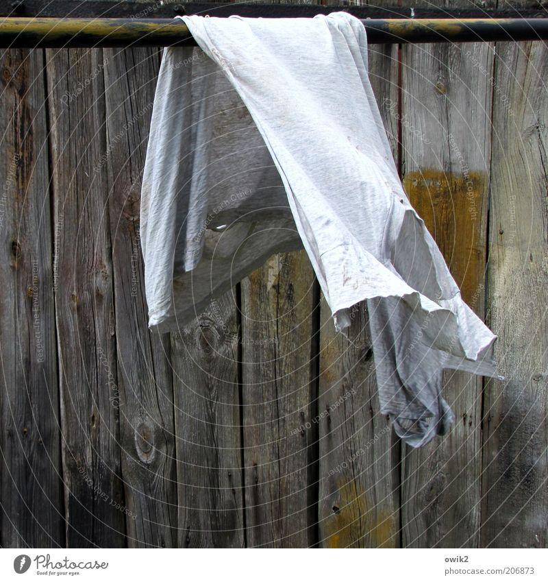 Abgehangen Bewegung hängen alt Sauberkeit trocken Reinlichkeit Reinheit trocknen Wäsche Bekleidung Textilien Hemd kaputt zerfleddert Unterhemd Holzwand Stab