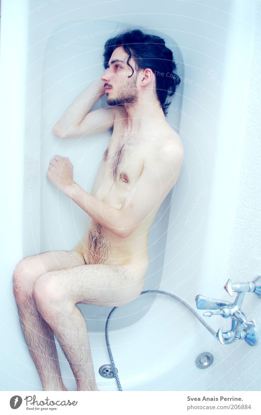 die farbe blau. Mensch Mann Jugendliche Wasser Einsamkeit Erotik kalt nackt Gefühle Traurigkeit Denken Beine Stimmung Haut Erwachsene