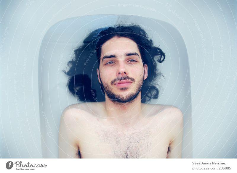 die farbe königsblau. Mensch Mann Jugendliche blau Wasser weiß Gesicht Erwachsene kalt Gefühle nackt Haare & Frisuren Denken Stimmung Körper Schwimmen & Baden
