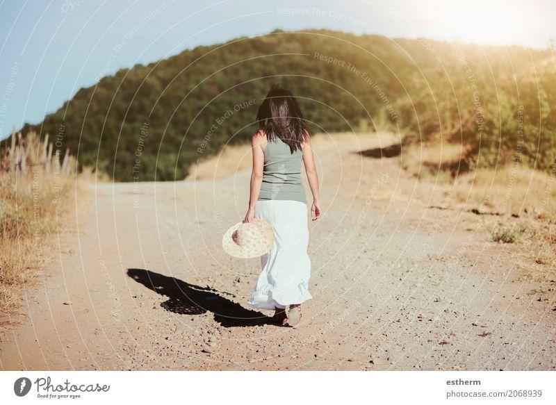 Hintere Ansicht einer Frau, die zum Feld geht Lifestyle elegant schön Wellness Ferien & Urlaub & Reisen Ausflug Abenteuer Freiheit Mensch feminin Junge Frau