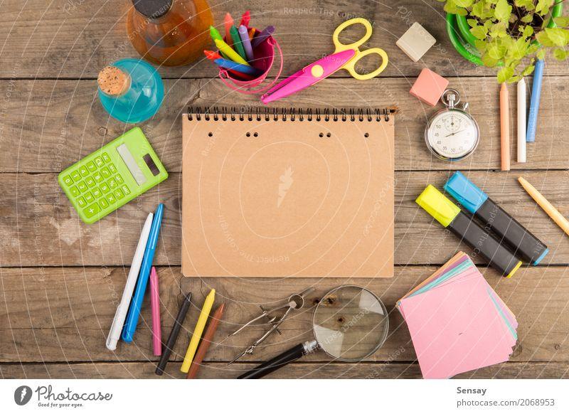 Zurück zu Schulkonzept - Schulbedarf auf dem hölzernen Schreibtisch Uhr Schule Schere Kindheit Menschengruppe Buch Accessoire beobachten oben schwarz Farbe