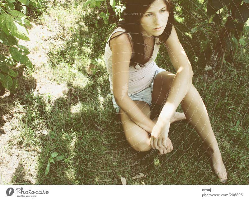im Garten I Mensch Jugendliche Sommer Erwachsene Wiese feminin Gras Frühling Freizeit & Hobby sitzen Coolness 18-30 Jahre nachdenklich Junge Frau brünett