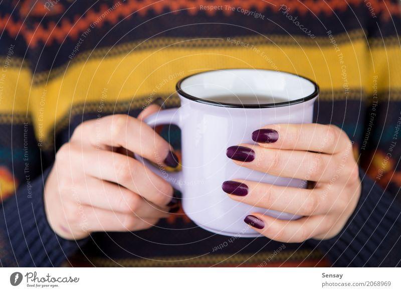 Frau in der gemütlichen Strickjacke, die eine Schale hält Frühstück Getränk Kaffee Tee stricken Winter Mensch Erwachsene Hand Wärme Pullover heiß weiß Halt