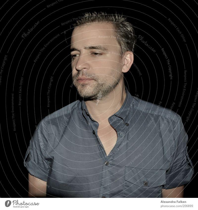 Mann nachts. Mensch Leben dunkel Haare & Frisuren Traurigkeit Denken Erwachsene maskulin frei ästhetisch Coolness authentisch Gelassenheit Bart Hemd