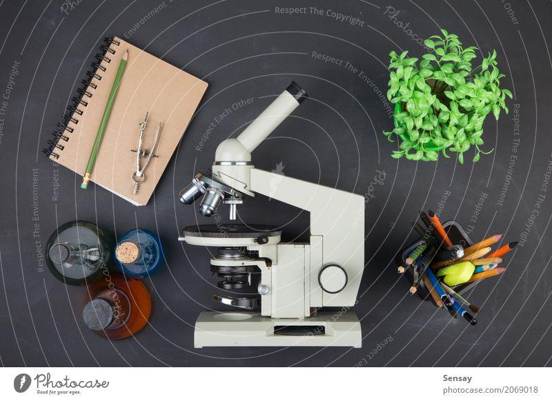 Bildungskonzeptbücher und -mikroskop Schreibtisch Tisch Wissenschaften Schule lernen Klassenraum Tafel Studium Labor Buch Bibliothek Mikroskop schreiben schwarz