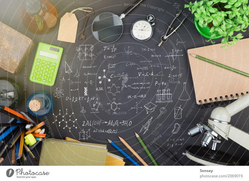 Bildungskonzept - Bücher, Mikroskop und Wissenschaftsskizze schwarz Schule Tisch Buch lernen Studium schreiben Wissenschaften Schreibtisch Tafel Botanik
