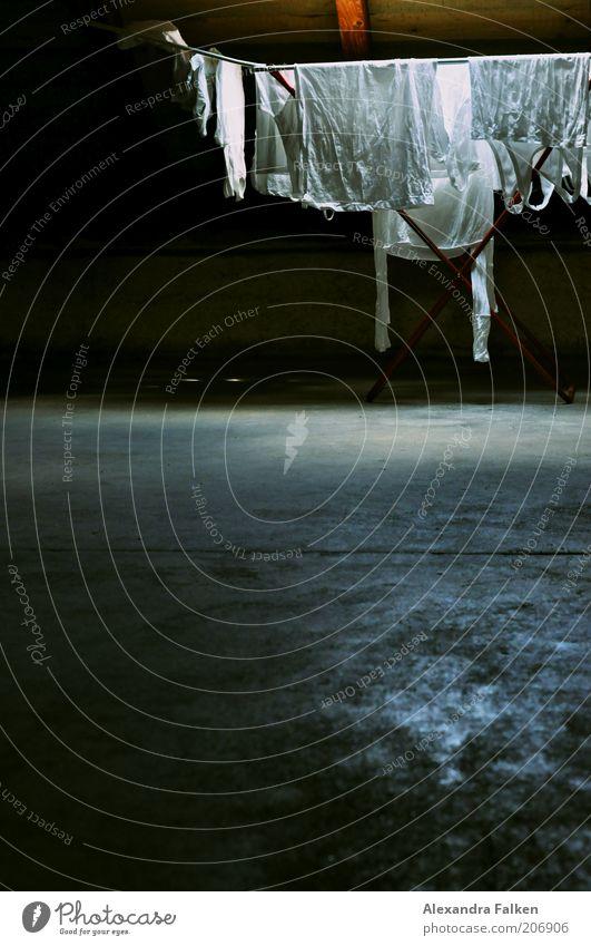 Wäsche des Grauens. weiß Hemd Unterwäsche Wäsche Haushalt Kontrast Dachboden trocknen Unterhemd Wäscheständer Haushaltsführung