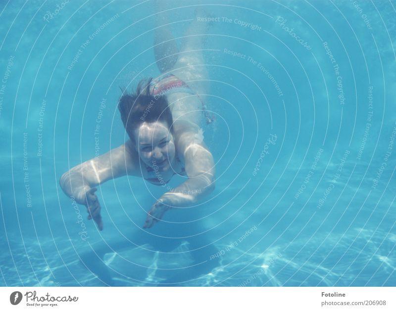 Nixe Mensch Jugendliche blau Sommer Freude feminin kalt Kopf Haare & Frisuren hell Arme nass Schwimmen & Baden tauchen Bikini