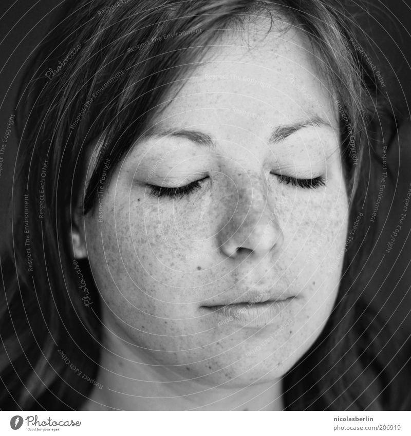Montags Portrait 02 Jugendliche schön Gesicht Leben feminin Gefühle Haare & Frisuren träumen Zufriedenheit Erwachsene natürlich Gelassenheit genießen brünett Sommersprossen