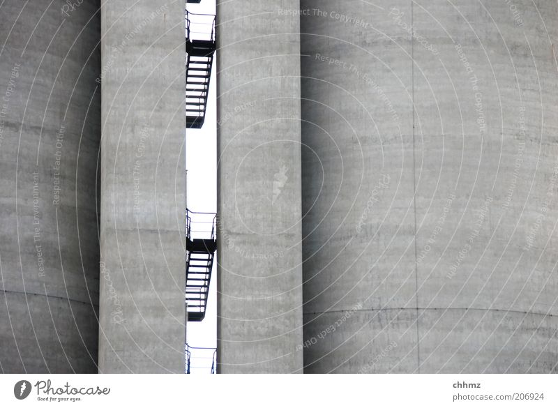 Platzangst Fabrik Architektur Silo Mauer Wand Treppe Beton Stahl bedrohlich Fuge Linie Durchblick vertikal parallel Schwarzweißfoto Außenaufnahme Menschenleer