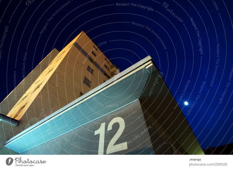 Geisterstunde dunkel Gefühle Architektur Gebäude Fassade hoch Hochhaus Ecke Ziffern & Zahlen verfaulen Bauwerk aufwärts Nachthimmel eckig Mond