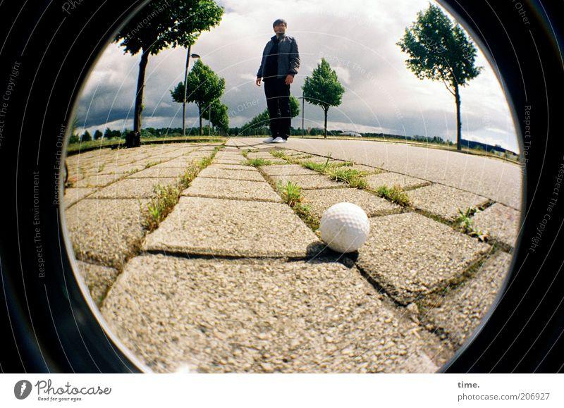 [H10.1] - Jeder sollte sich einen Golfball leisten können Mensch Mann Baum Wolken Erwachsene Straße Stein warten Beton liegen Perspektive stehen rund Bürgersteig Kugel Schönes Wetter