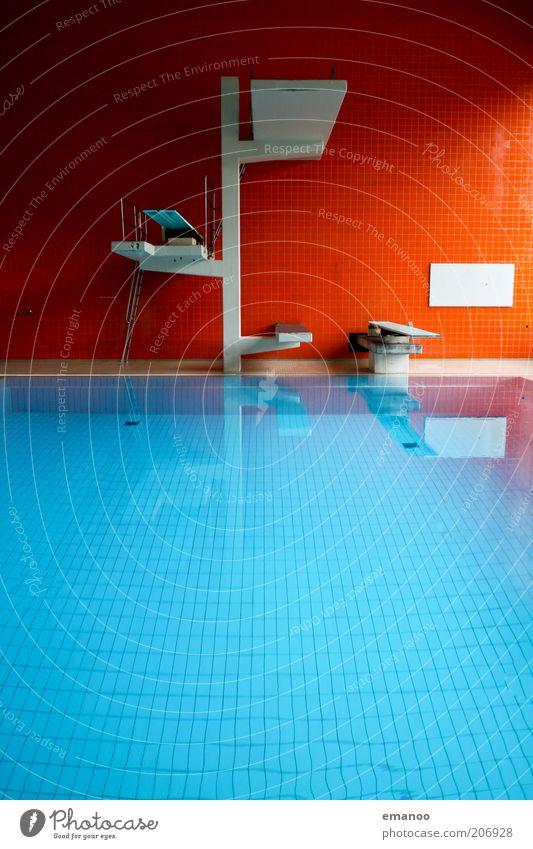 fin. Sport Wassersport Schwimmbad eckig blau rot Turm Sprungbrett Beckenrand Farbfoto mehrfarbig Innenaufnahme Muster Strukturen & Formen Menschenleer