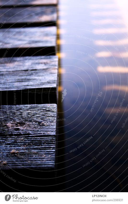 """LP """"100"""" INCH Umwelt Wasser Holz träumen Steg Holzbrett Schatten Anlegestelle Wasseroberfläche Farbfoto Außenaufnahme Detailaufnahme Tag Unschärfe"""