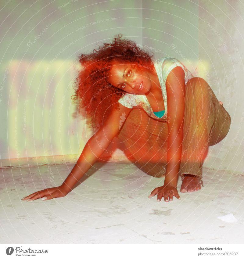 """""""Bad load"""" Lifestyle Stil schön feminin Junge Frau Jugendliche Erwachsene 1 Mensch 18-30 Jahre Locken exotisch Farbfoto Experiment Blitzlichtaufnahme Blick"""