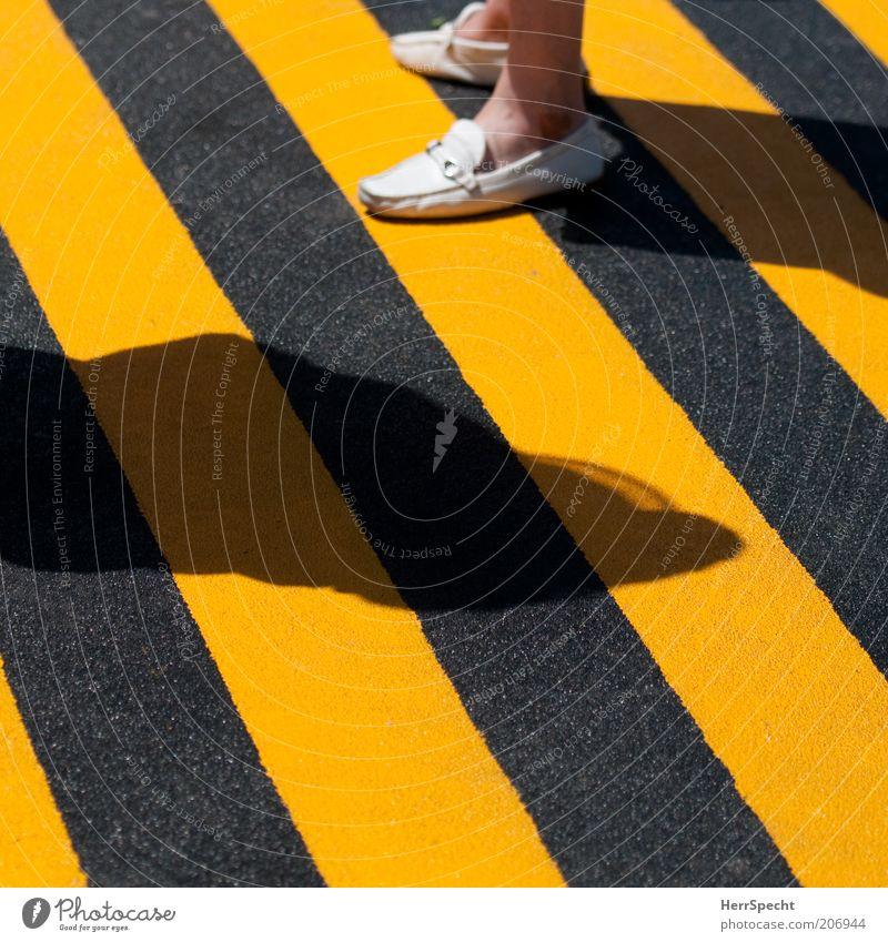 Schwarz-Gelb quo vadis? Mensch schwarz gelb Fuß Schuhe Fußgänger gestreift Bildausschnitt Symbole & Metaphern Zebrastreifen körnig Warnfarbe Bodenmarkierung Warnstreifen