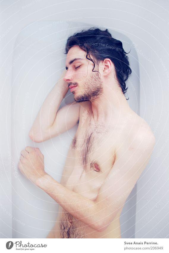 die farbe pastellblau. Haare & Frisuren maskulin Junger Mann Jugendliche Erwachsene Körper Haut 1 Mensch 18-30 Jahre Badewanne Badewasser brünett langhaarig