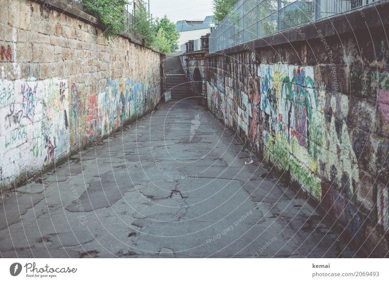 AST 10 | Wege in Chemnitz Städtereise Stadt Stadtzentrum Menschenleer Mauer Wand Straße Wege & Pfade Asphalt Graffiti authentisch dunkel lang trashig trist grau