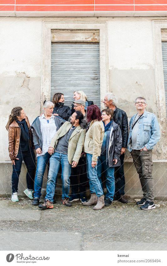 AST10 | Gruppenfoto Mensch Frau Ferien & Urlaub & Reisen Mann Stadt Freude Erwachsene Leben Wand Lifestyle sprechen lustig feminin lachen Mauer außergewöhnlich