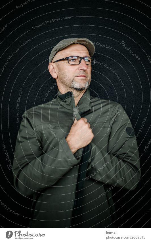 AST10 | Das Model Lifestyle elegant Stil harmonisch ruhig Mensch maskulin Mann Erwachsene Leben 45-60 Jahre Jacke Brille Hut Mütze Glatze festhalten Blick