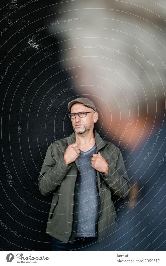 AST10 | Model Lifestyle Stil Mensch maskulin Mann Erwachsene Leben 45-60 Jahre Mauer Wand Jacke Brille Hut Glatze Bart festhalten Blick stehen authentisch