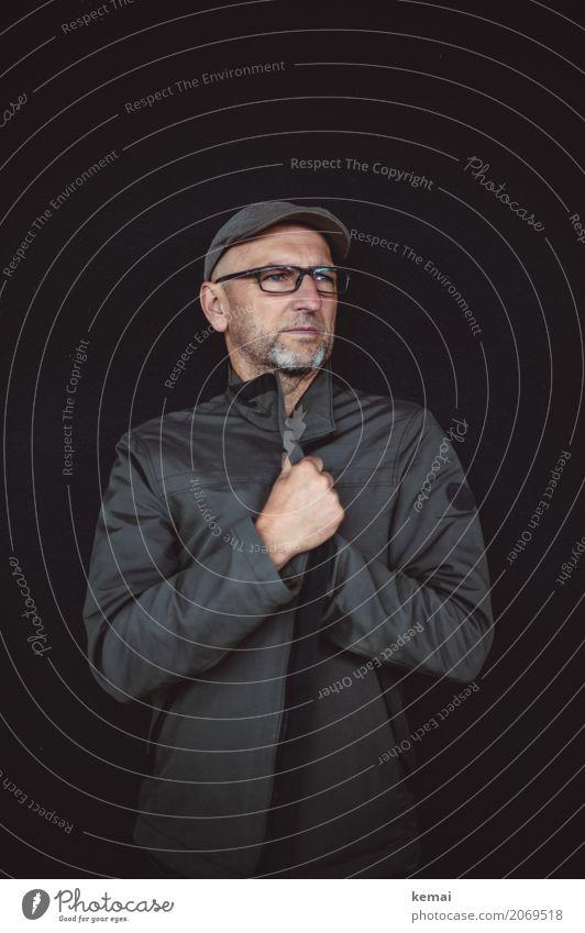 AST10 | Entschlossen verschlossen Lifestyle Stil Mensch maskulin Mann Erwachsene Leben Kopf Hand 45-60 Jahre Jacke Brille Mütze Bart Dreitagebart festhalten