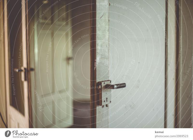 AST10 | Türen öffnen sich zur Stadt. alt weiß Einsamkeit ruhig dunkel Traurigkeit Gebäude Wohnung Häusliches Leben Raum dreckig offen leer Unbewohnt Ruine