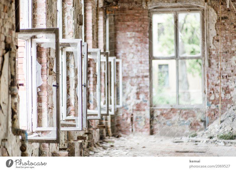 AST10 | Fenster blicken weit hinaus. alt Stadt weiß Einsamkeit Haus ruhig Wand Innenarchitektur Gebäude Mauer Stadtleben hell Häusliches Leben Raum dreckig