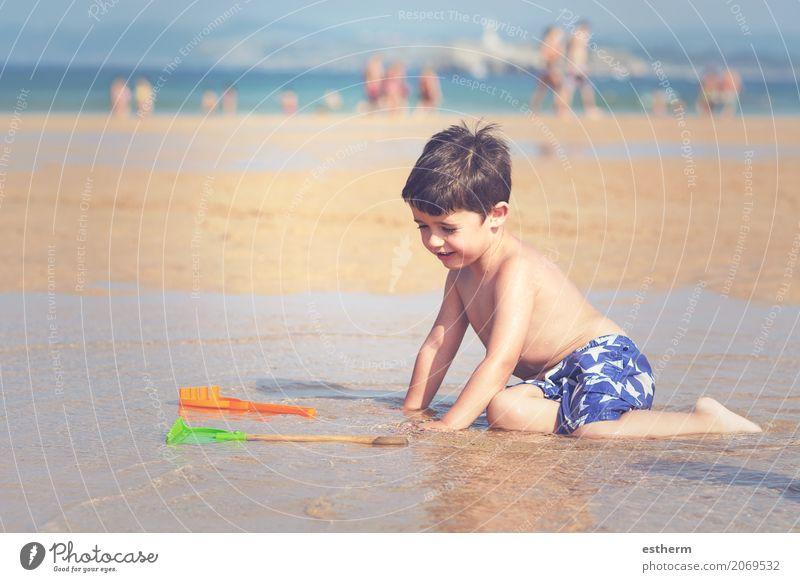 Junge spielt am Strand Mensch Kind Ferien & Urlaub & Reisen Sommer Sonne Meer Freude Lifestyle lachen Spielen Freiheit maskulin Wellen Kindheit Fröhlichkeit