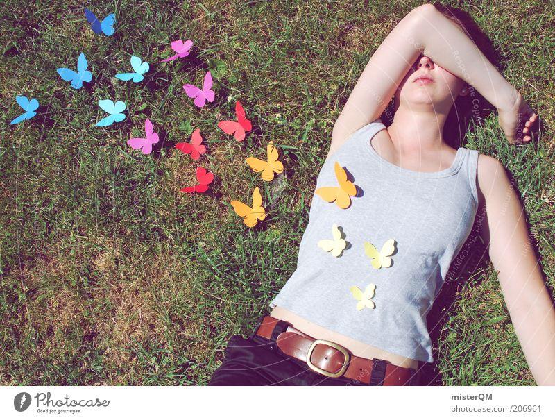 Schmetterlinge im Bauch. Frau Sommer Liebe Wiese Gefühle Freiheit Glück Zufriedenheit fliegen frei ästhetisch T-Shirt liegen Mensch mehrfarbig