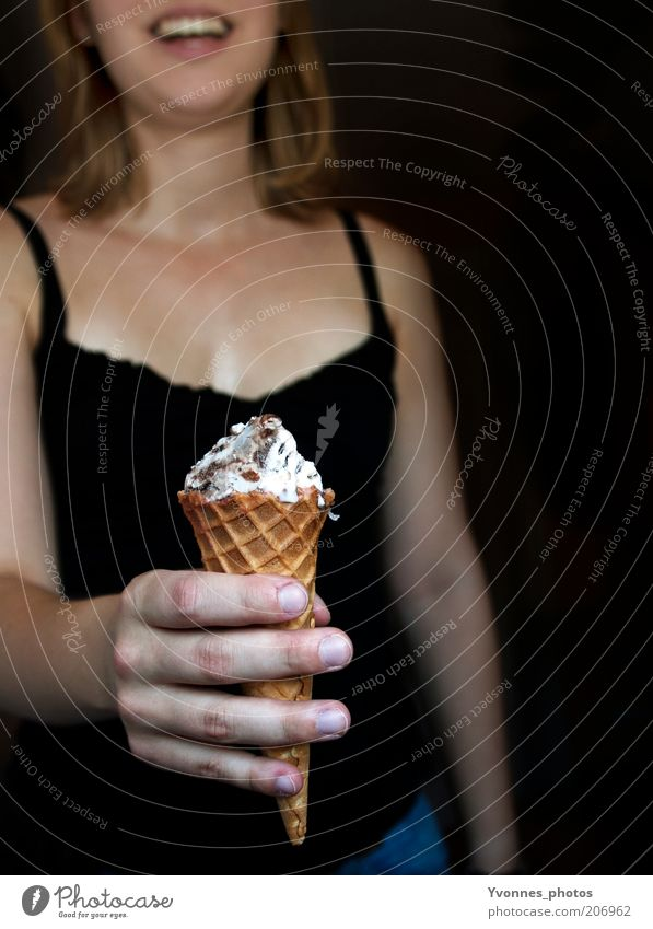 Eis! Frau Jugendliche Hand Sommer schwarz Erwachsene feminin Ernährung Wärme Eis Speiseeis süß stoppen 18-30 Jahre Lächeln Süßwaren