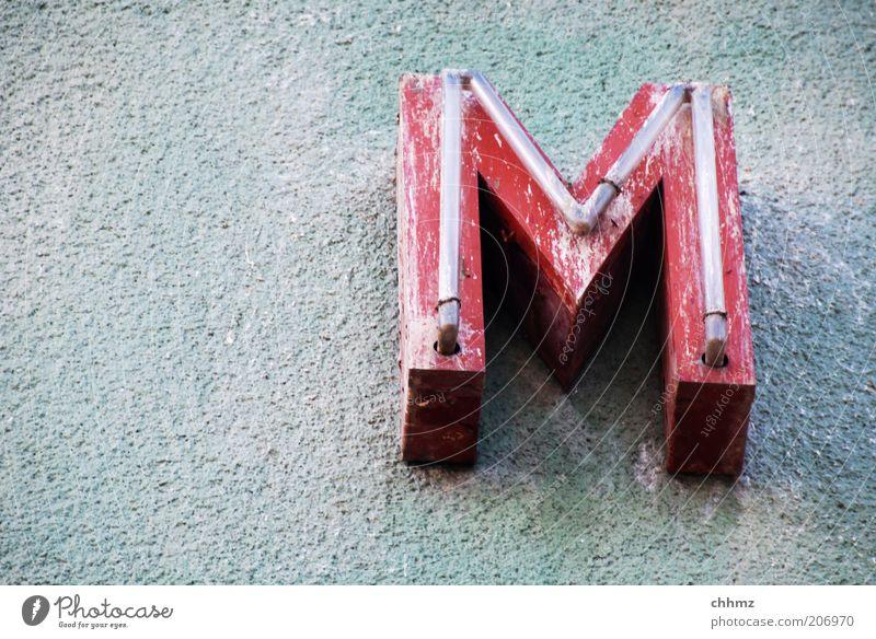 M Mauer Wand Buchstaben Leuchtreklame rot alt Schriftzeichen dreckig Verfall verrotten Werbung Textfreiraum links Außenaufnahme Fassade