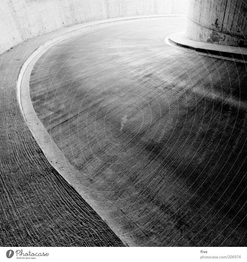kurve Parkhaus Bauwerk Gebäude Architektur Mauer Wand Verkehr Straße kalt schwarz weiß Kurve Asphalt Beton Betonboden Schwarzweißfoto Außenaufnahme Tag Licht