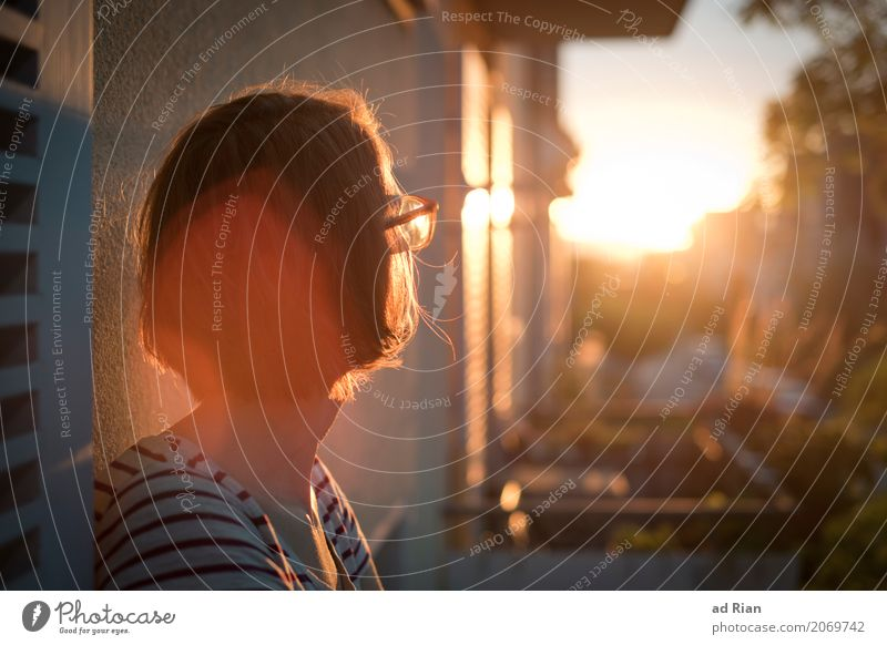 Sonnendeck I Mensch Frau Himmel Sommer Stadt Erholung Haus Erwachsene Umwelt Wand feminin Mauer Haare & Frisuren Kopf Horizont elegant