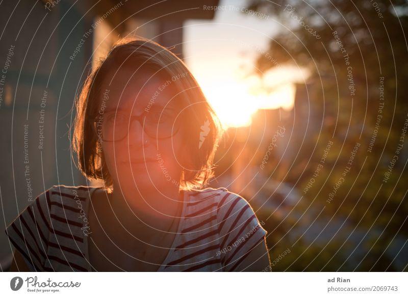 Sonnendeck II Mensch feminin Frau Erwachsene Kopf 1 30-45 Jahre Umwelt Himmel Horizont Sonnenlicht Sommer Schönes Wetter Wärme Stadt Haus Mauer Wand Fassade