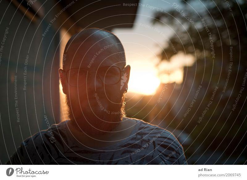 Sonnendeck III Mensch maskulin Mann Erwachsene Kopf 1 30-45 Jahre Umwelt Himmel Horizont Sonnenlicht Sommer Wärme Stadt Haus Mauer Wand Bekleidung T-Shirt