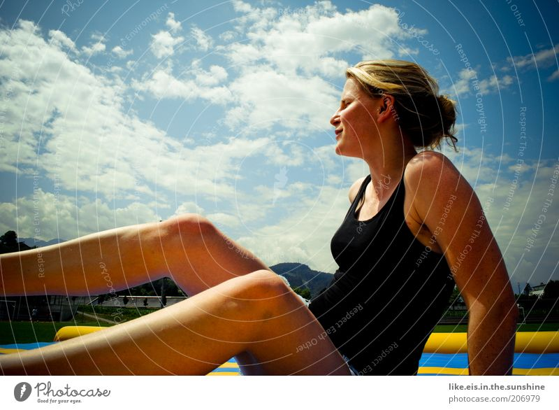 Sonnendeck Frau Mensch Himmel Jugendliche schön Sommer Wolken Erwachsene Erholung feminin Beine Zufriedenheit blond Haut Fröhlichkeit