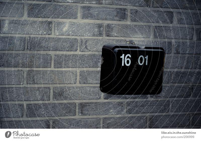 Feierabend! *** alt schwarz Wand Mauer Zeit Uhr retro Anzeige digital fertig Nachmittag Wecker 16 Textfreiraum links Digitaluhr