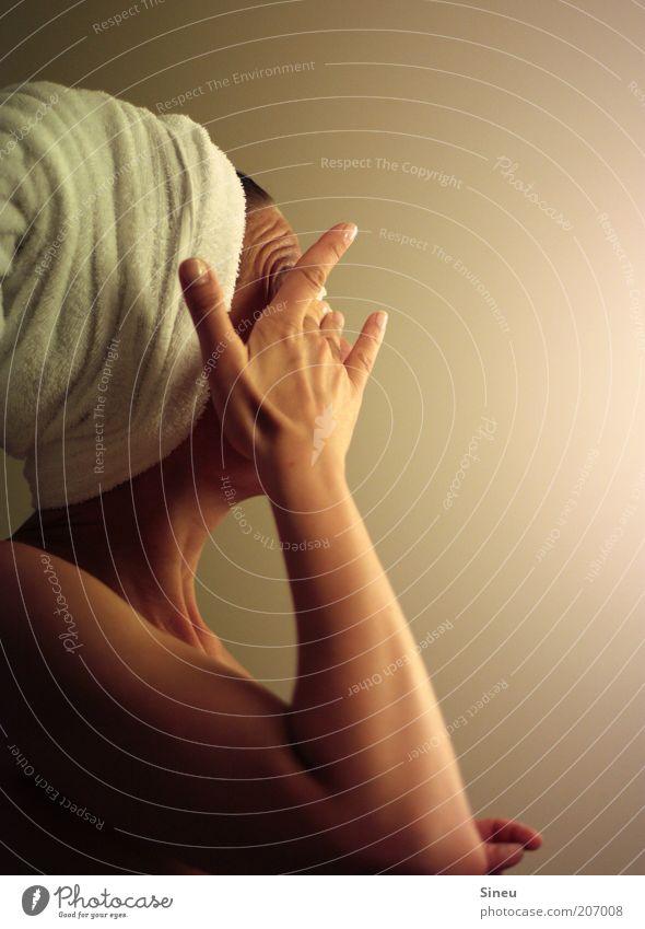 Frau im Bad Körperpflege Haut feminin Erwachsene Kopf Arme 1 Mensch Handtuch berühren Reinigen Sauberkeit ruhig rein Wellness Abschminken Eincremen Frauenarm