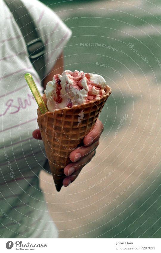 eine wundertüte. Mensch Hand Sommer Ernährung Essen Freizeit & Hobby Finger Speiseeis süß T-Shirt festhalten Schönes Wetter Süßwaren lecker Erfrischung Dessert